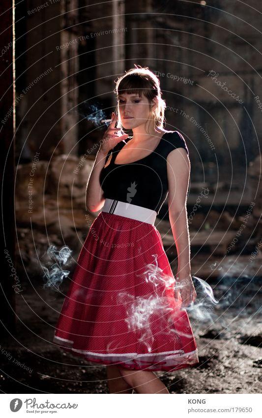 gedankenreise Farbfoto Vorderansicht Blick nach unten elegant Erholung feminin Junge Frau Jugendliche 1 Mensch 18-30 Jahre Erwachsene Rock Zigarette Rauchen