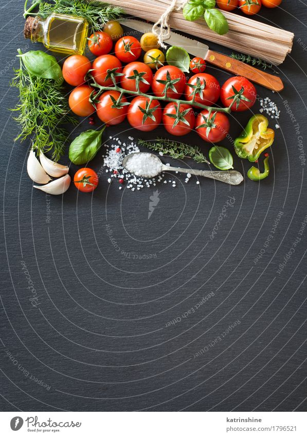 Kirschtomaten, Kräuter, Nudeln und Olivenöl grün rot dunkel Gesundheit hell frisch Kräuter & Gewürze Gemüse Backwaren Flasche Mahlzeit Vegetarische Ernährung