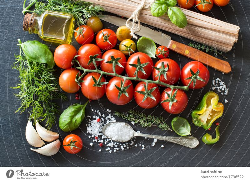 Italienische Küche ingridient Gemüse Teigwaren Backwaren Kräuter & Gewürze Öl Vegetarische Ernährung Diät Flasche Löffel dunkel frisch Gesundheit hell grün rot