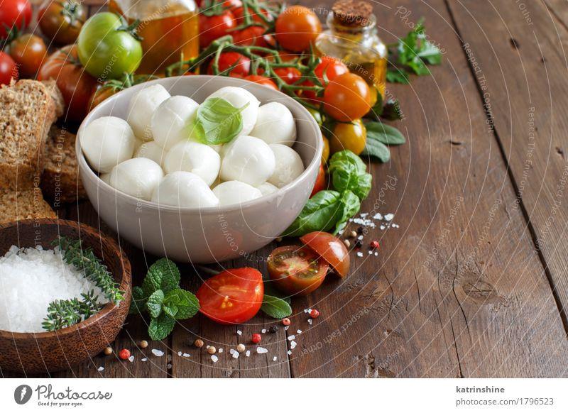 Italienische Lebensmittelzutaten für Caprese-Salat grün rot natürlich Gesundheit braun hell frisch Kräuter & Gewürze Gemüse Brot Schalen & Schüsseln Flasche