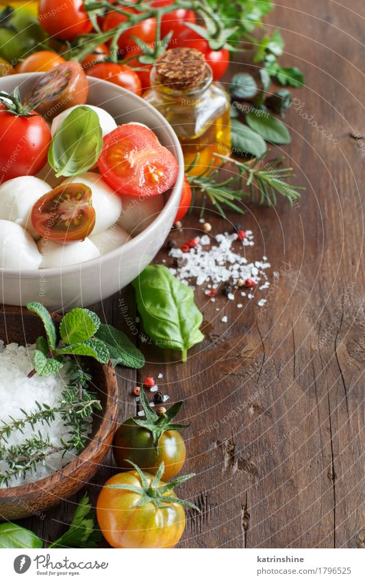 Italienische Zutaten für Caprese-Salat grün rot natürlich Gesundheit braun hell frisch Kräuter & Gewürze Gemüse Schalen & Schüsseln Flasche Mahlzeit