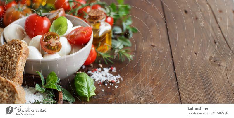 Italienische Zutaten für Caprese-Salat grün rot natürlich Gesundheit braun hell frisch Kräuter & Gewürze Gemüse Brot Schalen & Schüsseln Flasche Mahlzeit