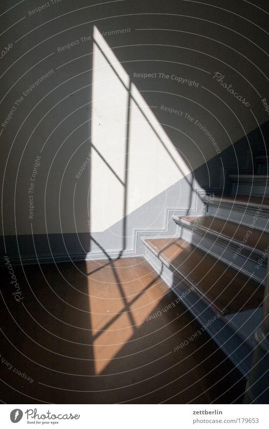 Licht Treppe Niveau aufwärts steigen Karriere abwärts aufsteigen Lebenslauf Abstieg Dreieck Treppenabsatz Textfreiraum
