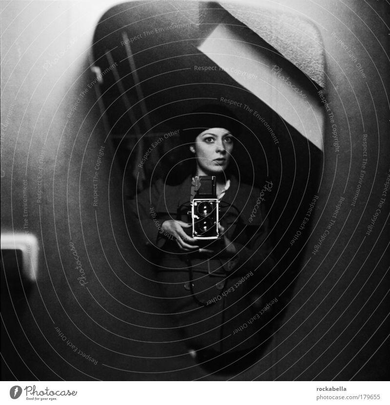 Frau mit analoger Kamera feminin Junge Frau Jugendliche Mütze schwarzhaarig Einsamkeit einzigartig elegant Entschlossenheit Gefühle geheimnisvoll Kreativität