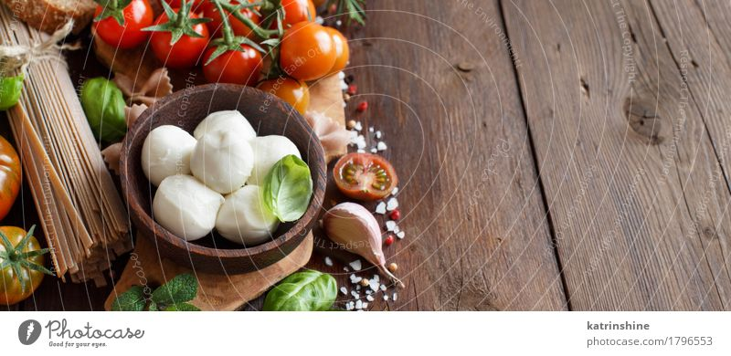 Italienische Küche ingridients Käse Gemüse Brot Kräuter & Gewürze Öl Vegetarische Ernährung Diät Schalen & Schüsseln Flasche frisch Gesundheit hell braun grün