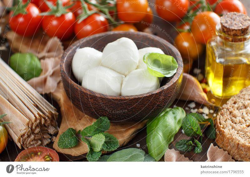 Italienische Küche ingridients Käse Gemüse Brot Kräuter & Gewürze Öl Vegetarische Ernährung Diät Schalen & Schüsseln Flasche frisch hell natürlich braun grün