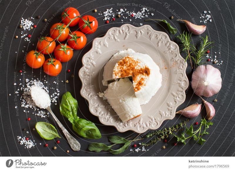 Italienischer Ricottakäse, Gemüse und Kräuter grün weiß rot dunkel Ernährung frisch weich Kräuter & Gewürze Teller Diät Tomate Käse Löffel roh Zutaten