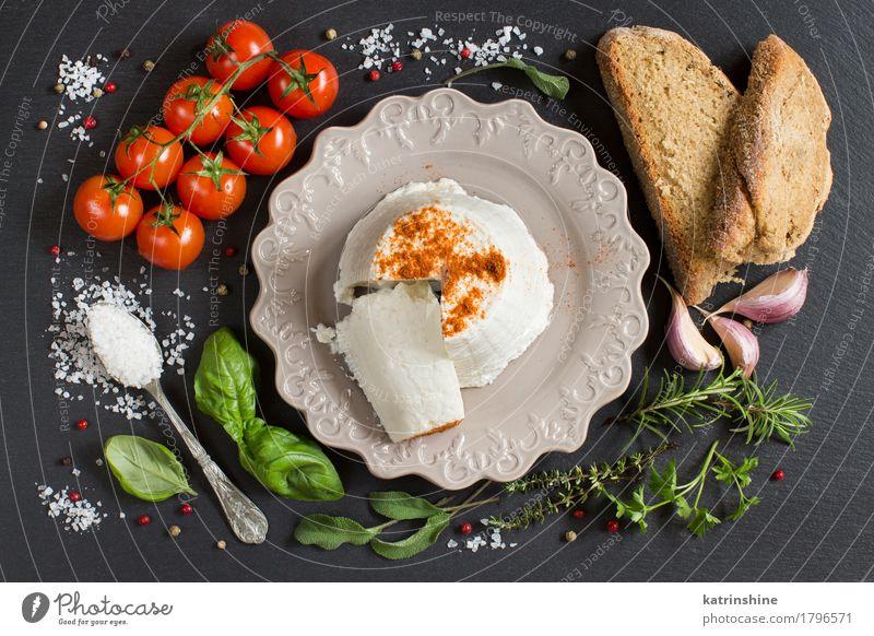 Italienischer Ricottakäse, selbstgebackenes Brot, Gemüse und Kräuter Lebensmittel Käse Kräuter & Gewürze Ernährung Diät Italienische Küche Teller Löffel dunkel