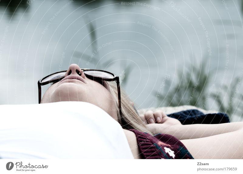AUSZEIT Mensch Natur Jugendliche Wasser Pflanze Sommer Gesicht ruhig Erholung feminin Haare & Frisuren träumen See Landschaft Zufriedenheit blond