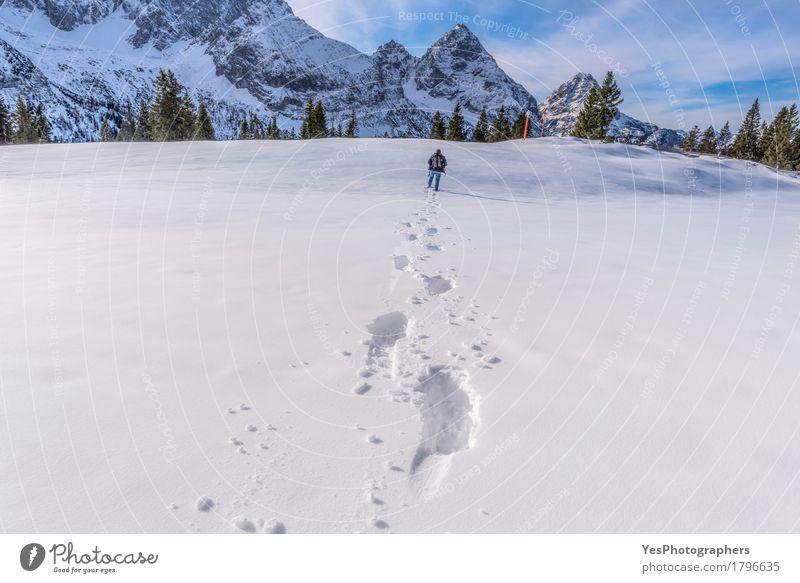 Mann, der durch Schnee auf eine Bergspitze geht Tourismus Winter Berge u. Gebirge Erwachsene 1 Mensch Natur Landschaft Alpen Fußspur blau weiß alpin
