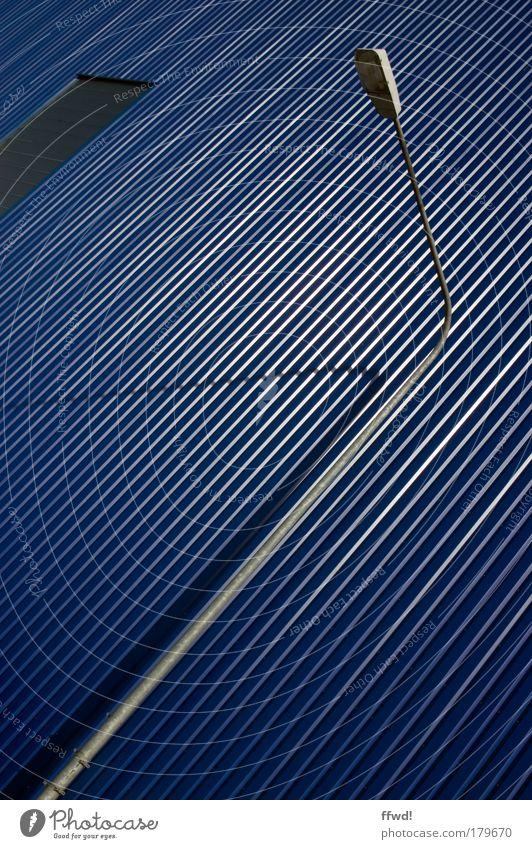 Gestreift blau Wand Architektur Stil Gebäude Mauer Lampe Fassade hoch Design modern ästhetisch Sicherheit Bauwerk Fabrik