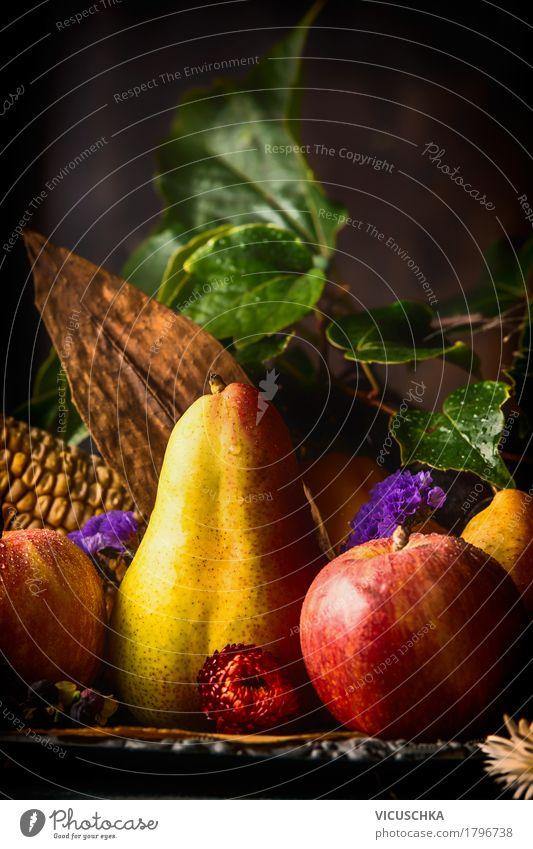 Herbstfrüchte auf einem dunklen rustikalen Küchentisch Gesunde Ernährung Blume Blatt dunkel Foodfotografie Essen Leben Stil Lebensmittel Design Frucht Tisch