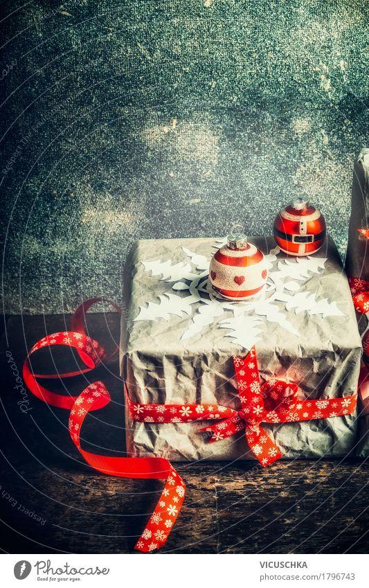 Weihnachtsgeschenk mit Papier Schneeflocken Weihnachten & Advent rot Freude Winter Liebe Stil Feste & Feiern Stimmung Design Dekoration & Verzierung retro