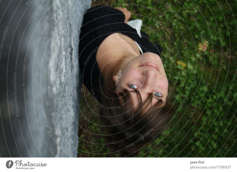 hoch hinauf/und nicht nur der Blick Mensch Natur Ferien & Urlaub & Reisen Jugendliche Junge Frau Erholung Freude Wand Gefühle Wiese Gras feminin Mauer Glück