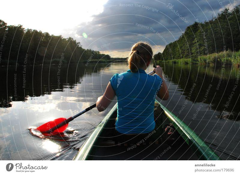 still ruht der See Frau Jugendliche Wasser Sommer Ferien & Urlaub & Reisen ruhig Wolken Wald Landschaft Wasserfahrzeug Erwachsene Reflexion & Spiegelung Rücken