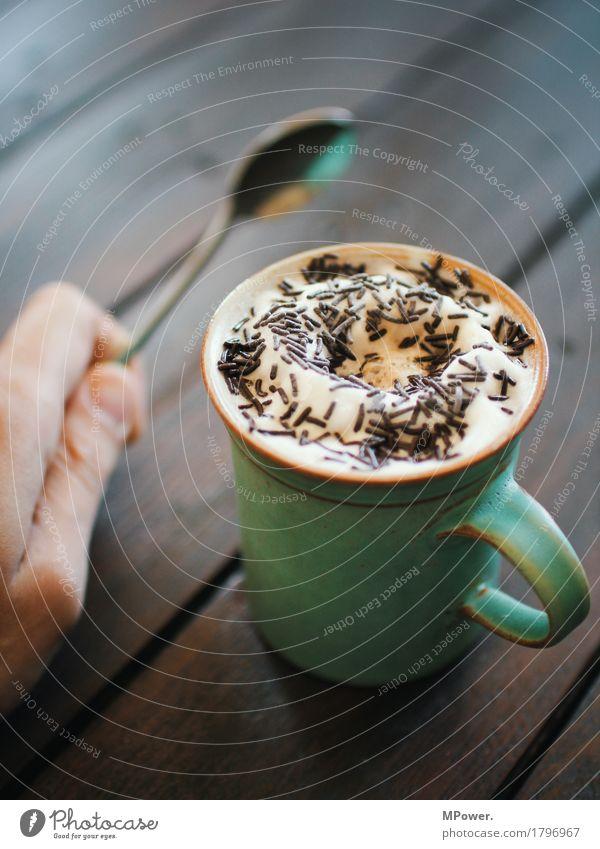 heiße schoki Lebensmittel Ernährung Kaffeetrinken Getränk Heißgetränk Milch Kakao Latte Macchiato hell Erholung Schaum Tasse süß Löffel Hand Schokoladenstreusel