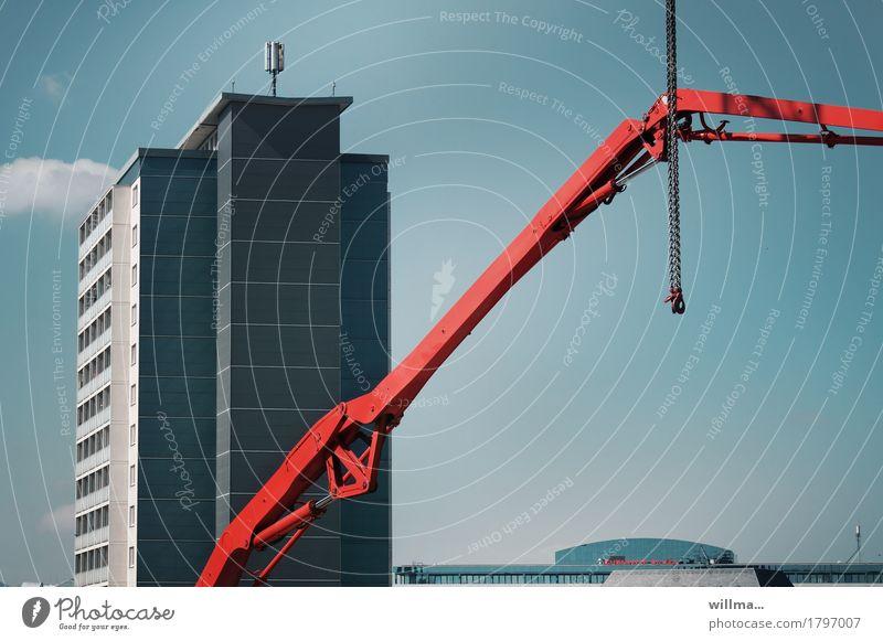 rechtslage Baustelle Wohnungsbau Chemnitz Hochhaus Bauwerk Gebäude Architektur Kran Kranarm Kette blau rot Schwerpunkt Hydraulik Farbfoto Außenaufnahme Tag