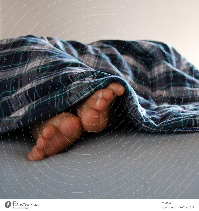 Müde Ferien & Urlaub & Reisen ruhig Erholung Leben Traurigkeit Beine träumen Fuß liegen Haut schlafen Häusliches Leben Bett Stoff Müdigkeit Barfuß