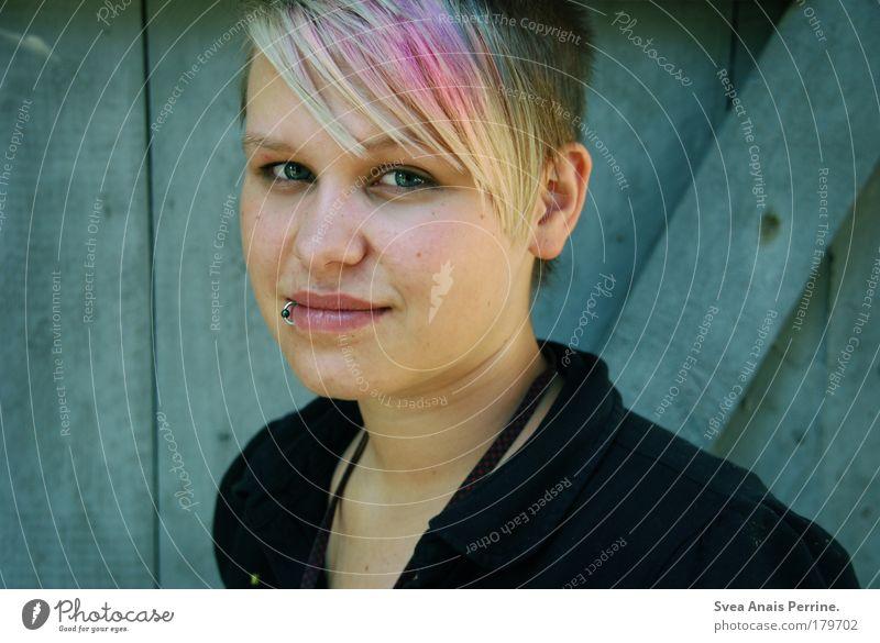Migräne für Deutschland feminin Junge Frau Jugendliche Haare & Frisuren Gesicht 1 Mensch Mauer Wand T-Shirt Piercing glänzend genießen leuchten Blick