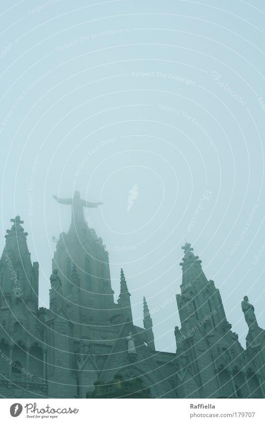 grau in grau Farbfoto Außenaufnahme Menschenleer Tag Froschperspektive Kunst Barcelona Kirche Bauwerk Architektur Tugend Laster Hoffnung Glaube Berge u. Gebirge