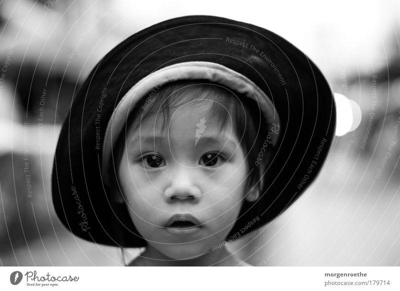 kinder dieser welt Schwarzweißfoto Außenaufnahme Tag Kontrast Schwache Tiefenschärfe Porträt Blick in die Kamera Haut Gesicht Mensch Kind Kindheit Kopf Auge