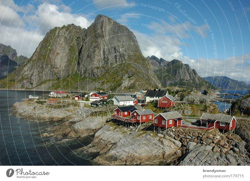 Lofoten - der Ort »Hamnoy« Farbfoto Außenaufnahme Menschenleer Morgen Tag Licht Sonnenlicht Vogelperspektive Natur Landschaft Felsen Fjord Insel Dorf