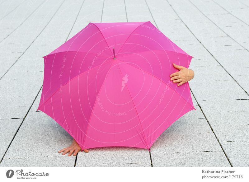 Surprise Surprise Hand 1 Mensch Sommer Stein Beton rosa weiß Regenschirm Sonnenschirm Asphalt spaßig verstecken Wetter Versteck Kunst Schutz Platz Straße