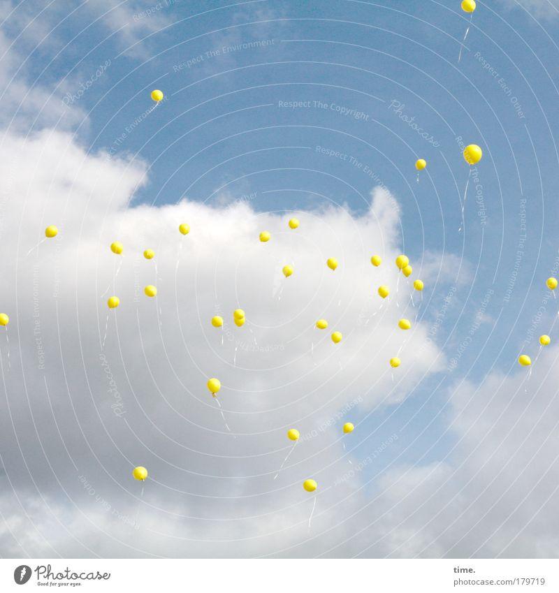 """""""... dass alle Kinder genug zu essen haben"""" Farbfoto Gedeckte Farben Außenaufnahme Tag Sonne Himmel Wolken Wetter Luftballon fliegen blau gelb Schweben Gruppe"""