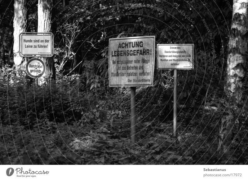 """, oder """"Schilder im Wald"""" Schilder & Markierungen Lebensgefahr obskur Respekt Betreten verboten Hunde an der Leine führen Durchgang verboten Soldat Bundeswehr"""