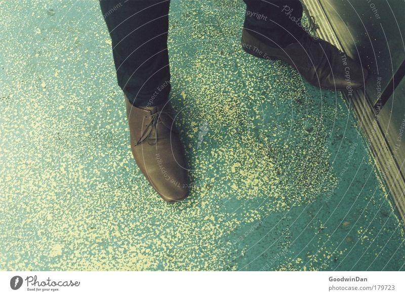 Someday you'll feel my revenge, elevator Mensch Schuhe warten Fahrstuhl geduldig Unlust Selbstbeherrschung Menschlichkeit Ungeduld Hosenbeine Lederschuhe