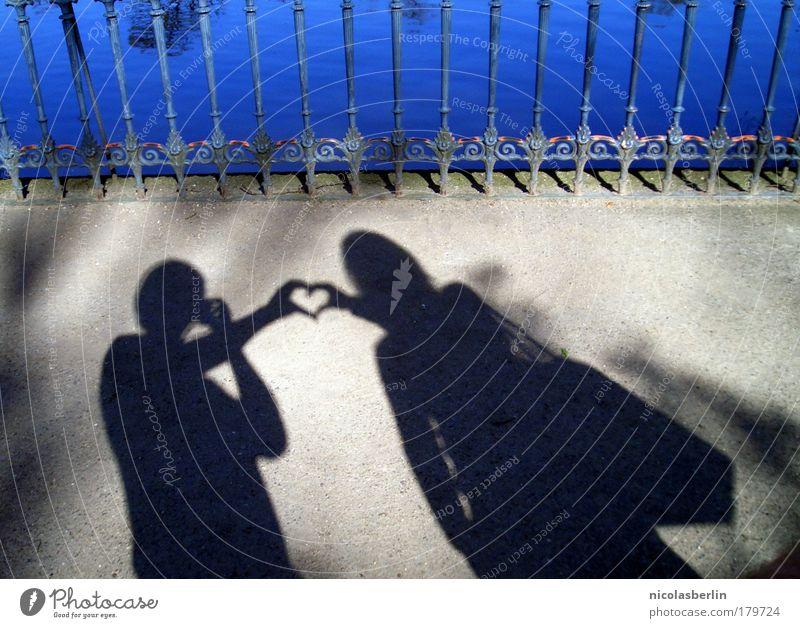 Love should be enough Außenaufnahme Textfreiraum rechts Textfreiraum unten Hintergrund neutral Tag Schatten Kontrast Silhouette Junge Frau Jugendliche