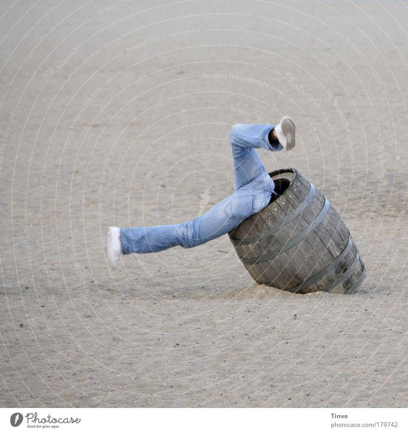 Happy Landing Alkohol Fass Freude Strand Schuhe Spielen Bewegung springen Sand Beine lustig Angst Mensch Abenteuer Fröhlichkeit Suche