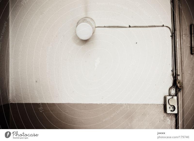 Installation Farbfoto Gedeckte Farben Textfreiraum unten Textfreiraum Mitte Tag Weitwinkel Mauer Wand Tür alt Licht Steckdose Schalter Lichtschalter Türrahmen