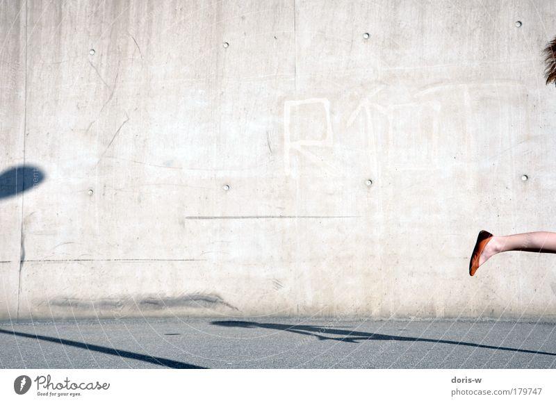 orange shoe Frau schön Sommer Freude Erwachsene Straße feminin Wand grau Bewegung Haare & Frisuren springen Beine Fuß Schuhe