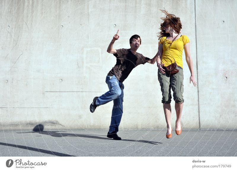 jump Freude Glück Freizeit & Hobby Sommer maskulin feminin Junge Frau Jugendliche Junger Mann Paar 2 Mensch T-Shirt Jeanshose rothaarig kurzhaarig langhaarig