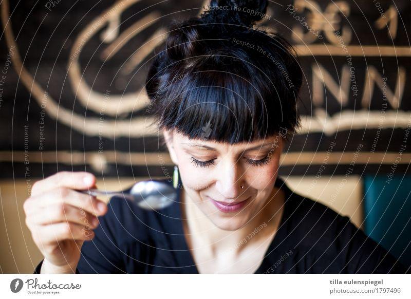 . Löffel Freude Häusliches Leben Restaurant Tanzen feminin Frau Erwachsene 1 Mensch Essen genießen Lächeln Freundlichkeit schwarz Stimmung Fröhlichkeit