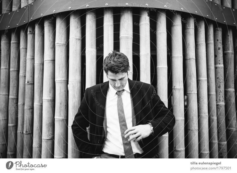 III maskulin Junger Mann Jugendliche Erwachsene Leben 1 Mensch 18-30 Jahre Fassade Hemd Anzug Jacke Krawatte kurzhaarig Blick stehen ästhetisch sportlich dunkel