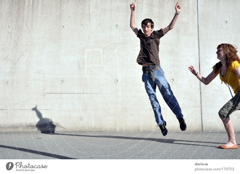 hüpf herum Jugendliche Freude Mensch Straße Frau Wand Bewegung lachen Glück springen Mann Paar Freundschaft Hintergrundbild laufen maskulin