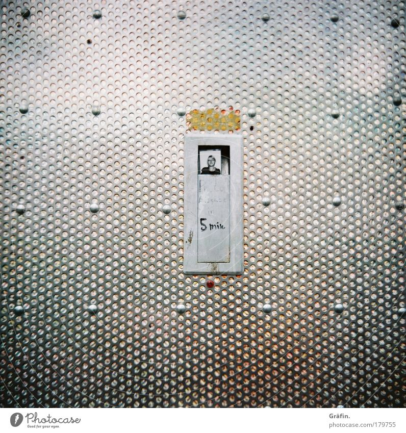 Erlebnisfotografie Frau Mensch Freude Einsamkeit Erwachsene grau Kopf Metall glänzend Schriftzeichen Neugier Fotokamera 18-30 Jahre Maschine Kreativität