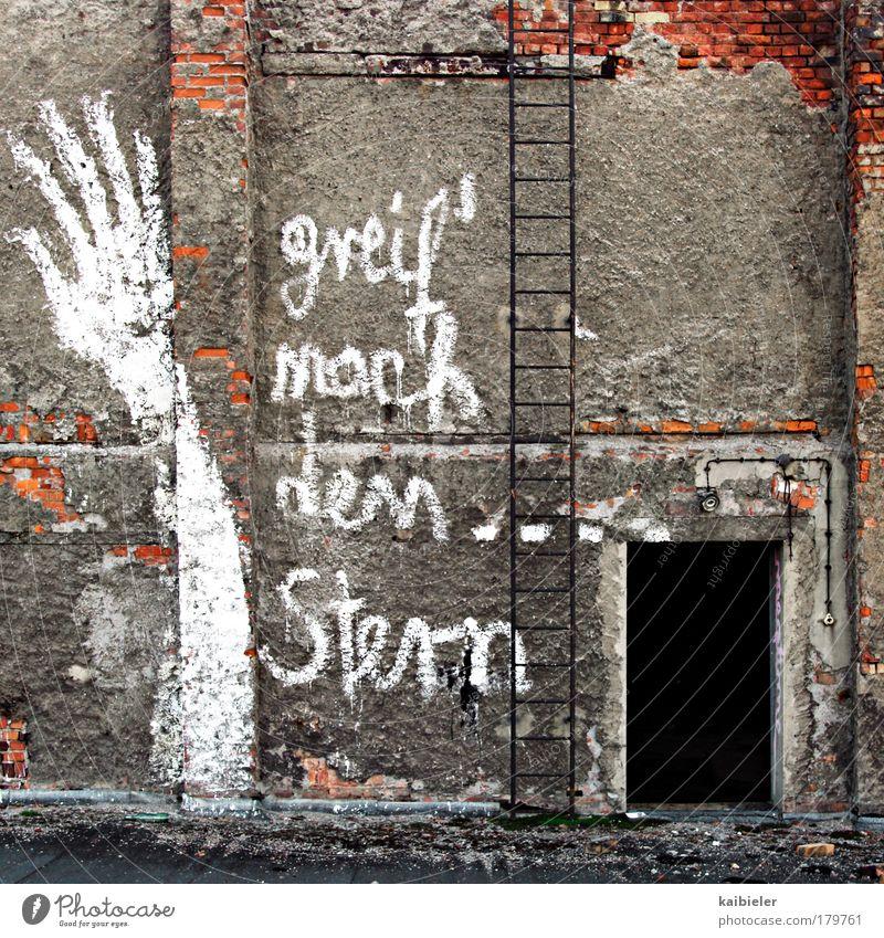 greif nach den Stern(en) alt rot dunkel Wand Graffiti Freiheit grau Stein Mauer träumen Kunst Stern Schriftzeichen Hoffnung Vergänglichkeit Fabrik