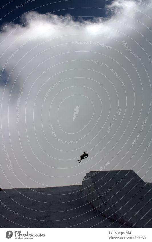 kicker to heaven Mensch Wolken Winter Berge u. Gebirge Umwelt Herbst Schnee Spielen Lifestyle springen maskulin Luft Freizeit & Hobby Erfolg Skifahren drehen