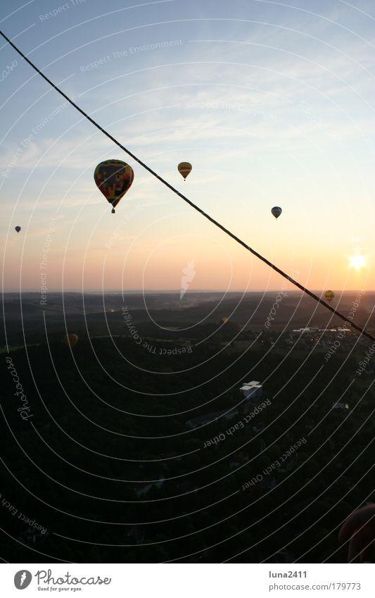 Ballonfahrt Farbfoto Außenaufnahme Morgendämmerung Sonnenaufgang Sonnenuntergang Gegenlicht Panorama (Aussicht) Landschaft Himmel Schönes Wetter Feld Kleinstadt