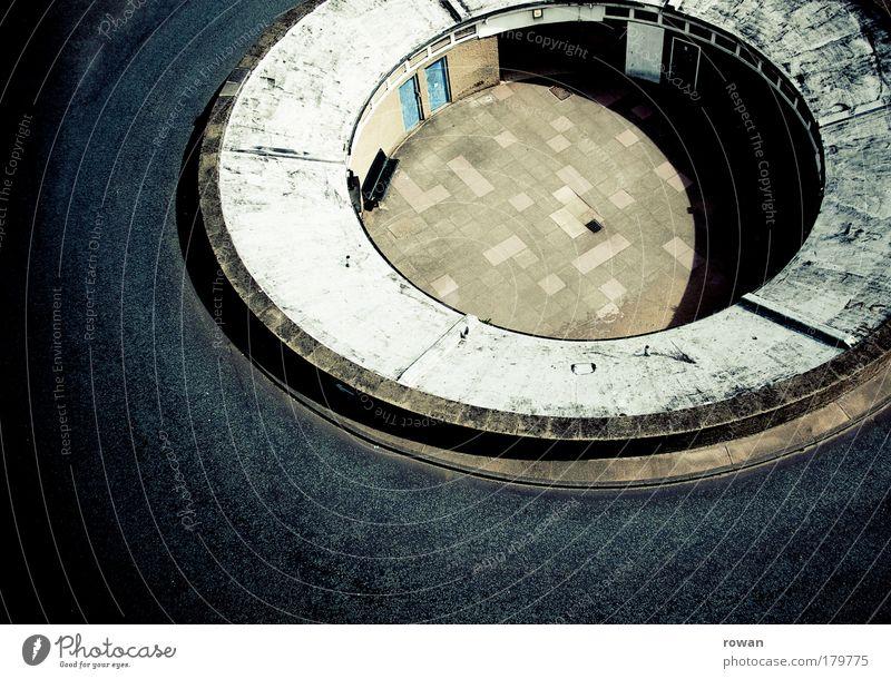 kreisrund blau ruhig schwarz Straße Wege & Pfade Verkehr leer Kreis Platz rund Asphalt Loch Autofahren Terrasse Furche kreisrund