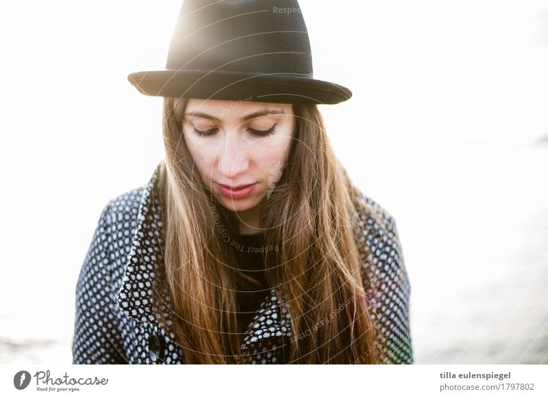 light Lifestyle Wohlgefühl Zufriedenheit Erholung feminin Junge Frau Jugendliche Erwachsene Leben 1 Mensch 18-30 Jahre Hut langhaarig träumen Traurigkeit schön