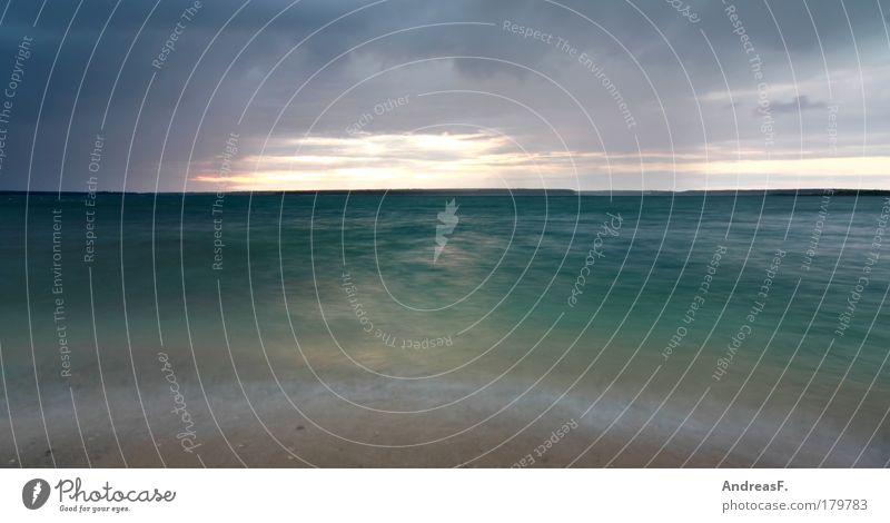 Wind und Wetter Farbfoto Außenaufnahme Textfreiraum unten Abend Dämmerung Sonnenuntergang Langzeitbelichtung Bewegungsunschärfe Sommer Strand Wellen Segeln