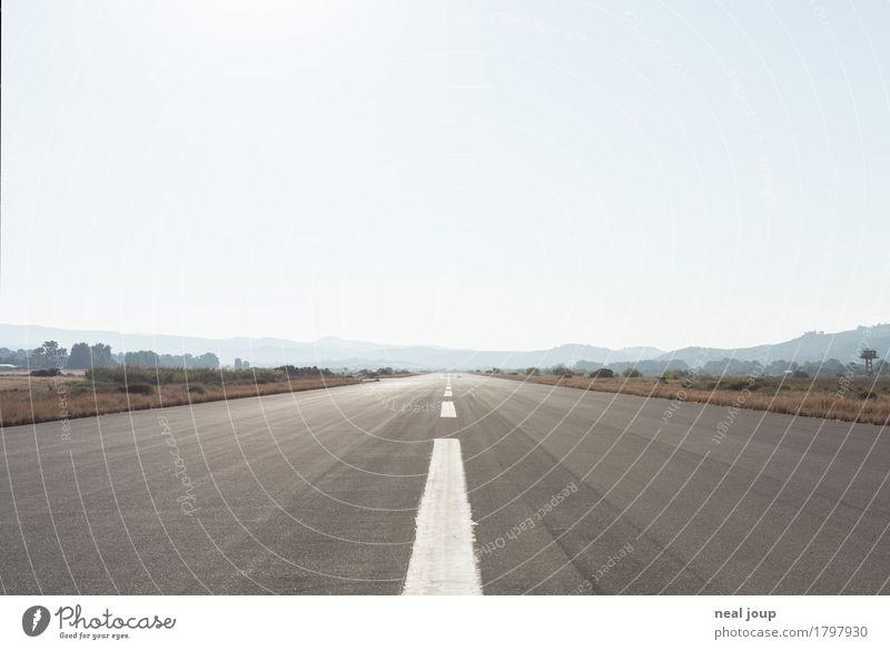 Runway clear Himmel Wolkenloser Himmel Schlucht Ebene Kreta Flughafen Landebahn Flugplatz Schilder & Markierungen Linie Ferne Unendlichkeit blau grau Einsamkeit