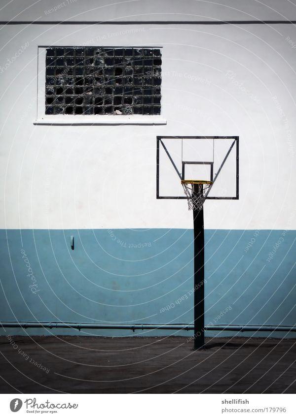 Basketballmonotonie in blau weiß blau weiß Haus Fenster Wand Sport Spielen grau Mauer Linie Freizeit & Hobby Fassade Beton Platz leer Schulgebäude