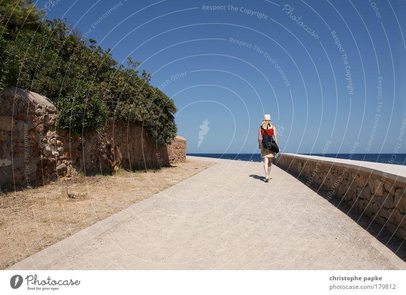 Meer Weg Mensch Ferien & Urlaub & Reisen Meer Erwachsene Ferne feminin Wege & Pfade gehen Ausflug wandern Tourismus Spaziergang 18-30 Jahre heiß Hut Tasche