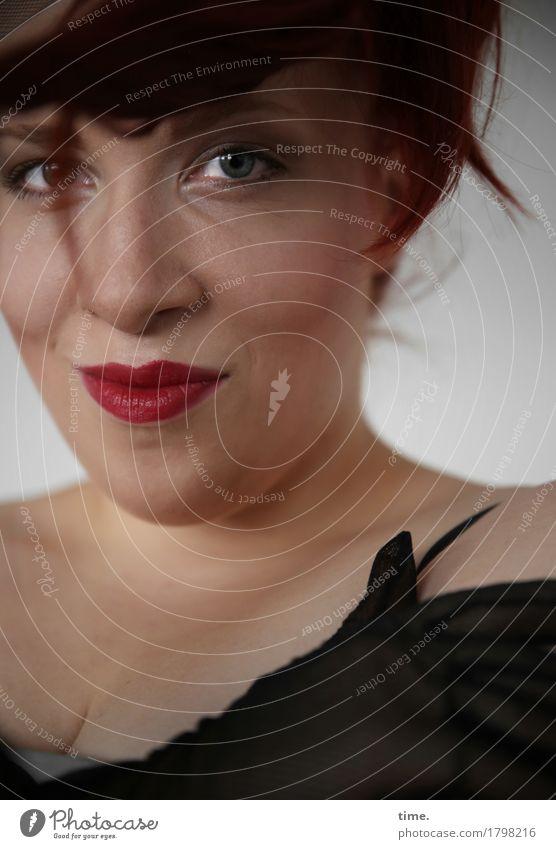 . feminin 1 Mensch Handschuhe Haare & Frisuren brünett kurzhaarig beobachten Lächeln Blick warten schön Zufriedenheit Vorfreude selbstbewußt Vertrauen