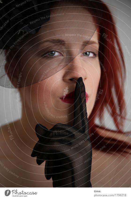 . Mensch schön ruhig Leben feminin Kraft ästhetisch warten beobachten Gelassenheit Konzentration Wachsamkeit langhaarig Schmuck selbstbewußt Willensstärke
